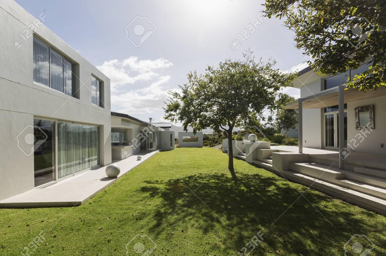 Extérieur de vitrine maison de luxe moderne ensoleillé avec cour d\'herbe