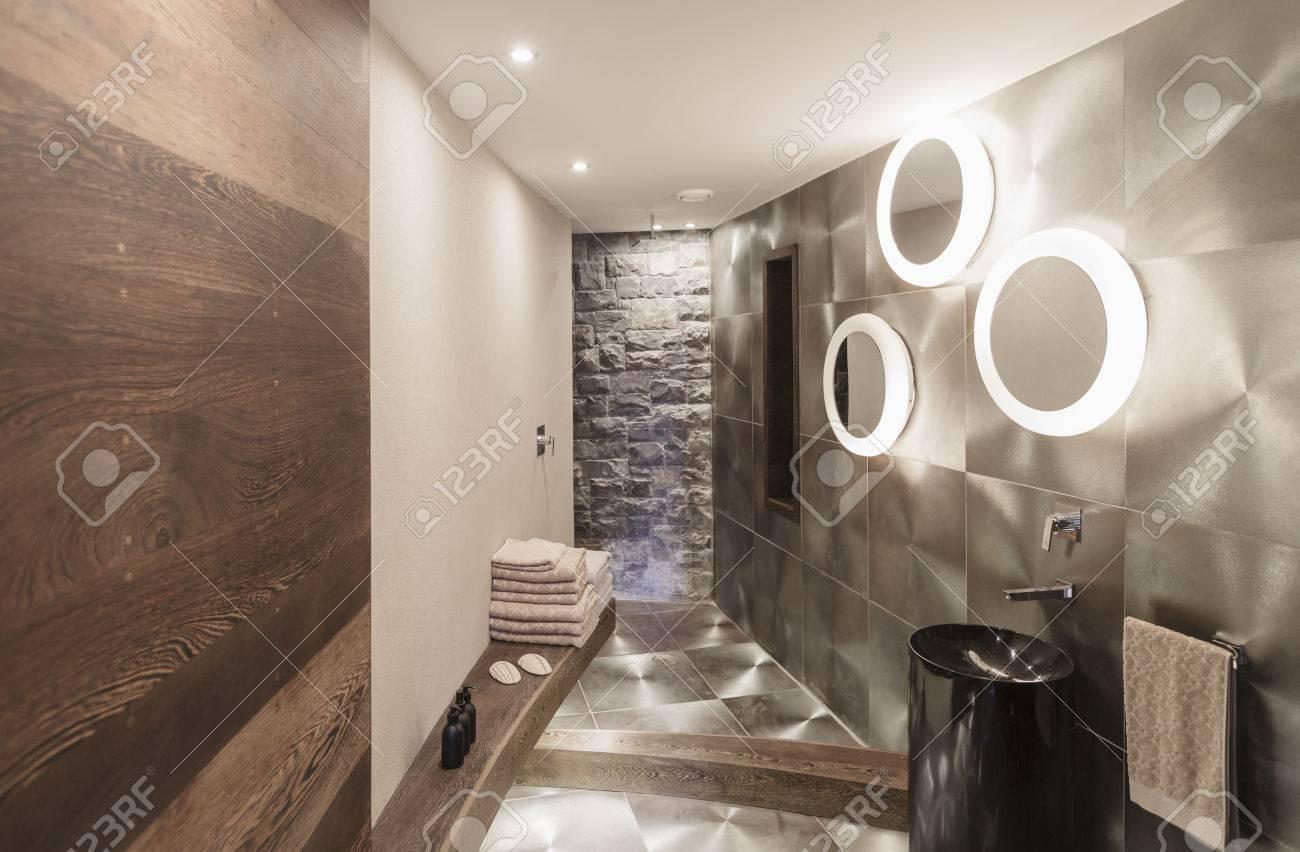 stockfoto verlichte moderne luxe huiskamer interieur badkamer