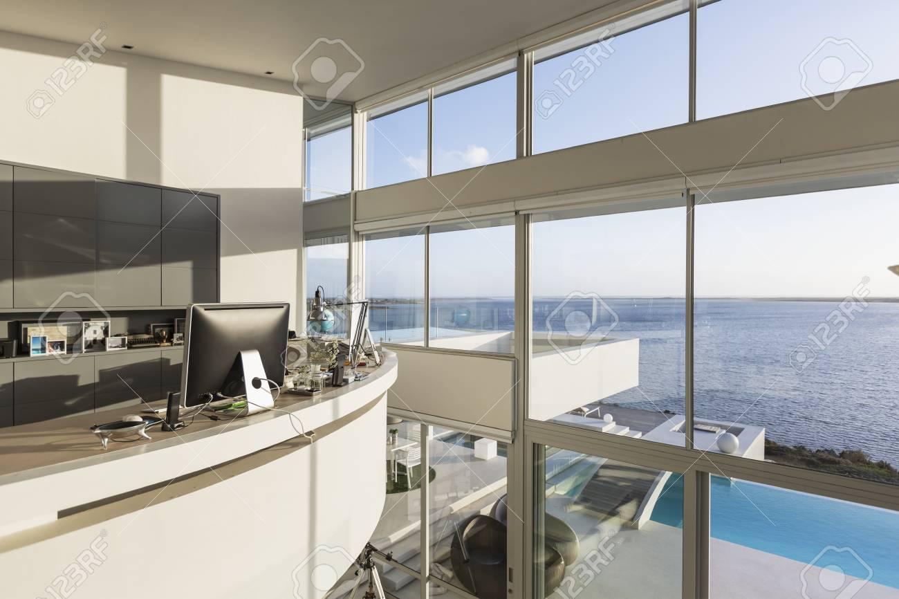 Interni Moderni Case Di Lusso : Immagini stock interno moderno della casa di lusso della casa di