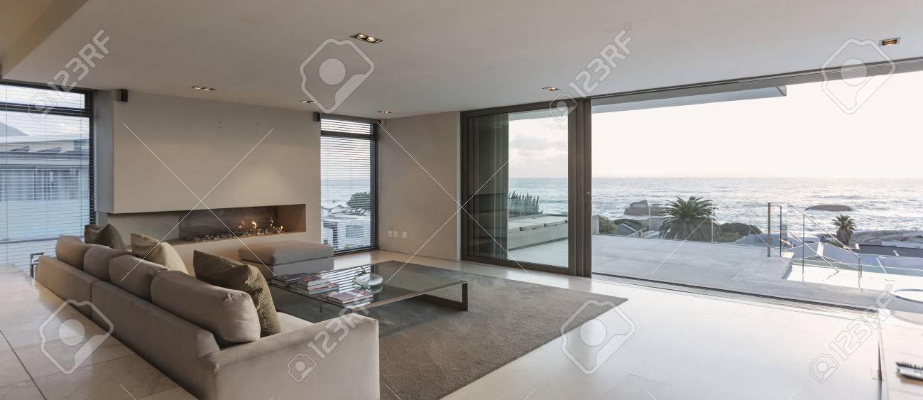 Moderna Casa Di Lusso Vetrina Soggiorno Con Porte Finestre Aperte A ...
