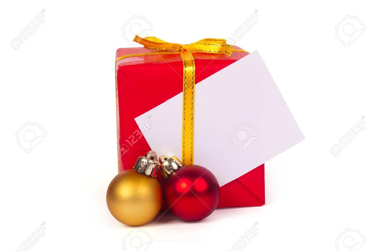 Een Rode Cadeau En Kerst Ballen Geïsoleerd Op Een Witte Achtergrond
