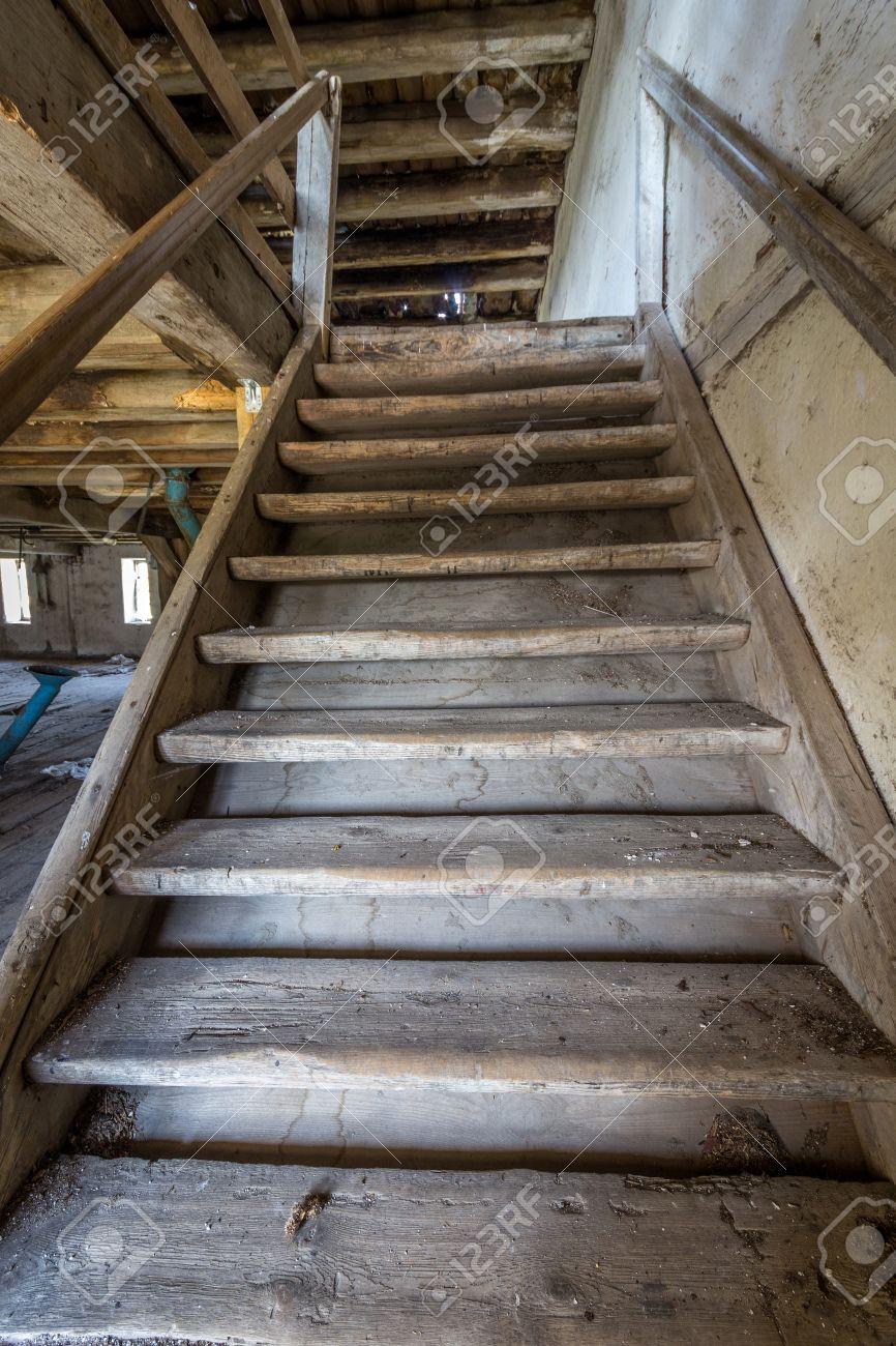 Ancien Escalier En Bois Dans Un Moulin Abandonne