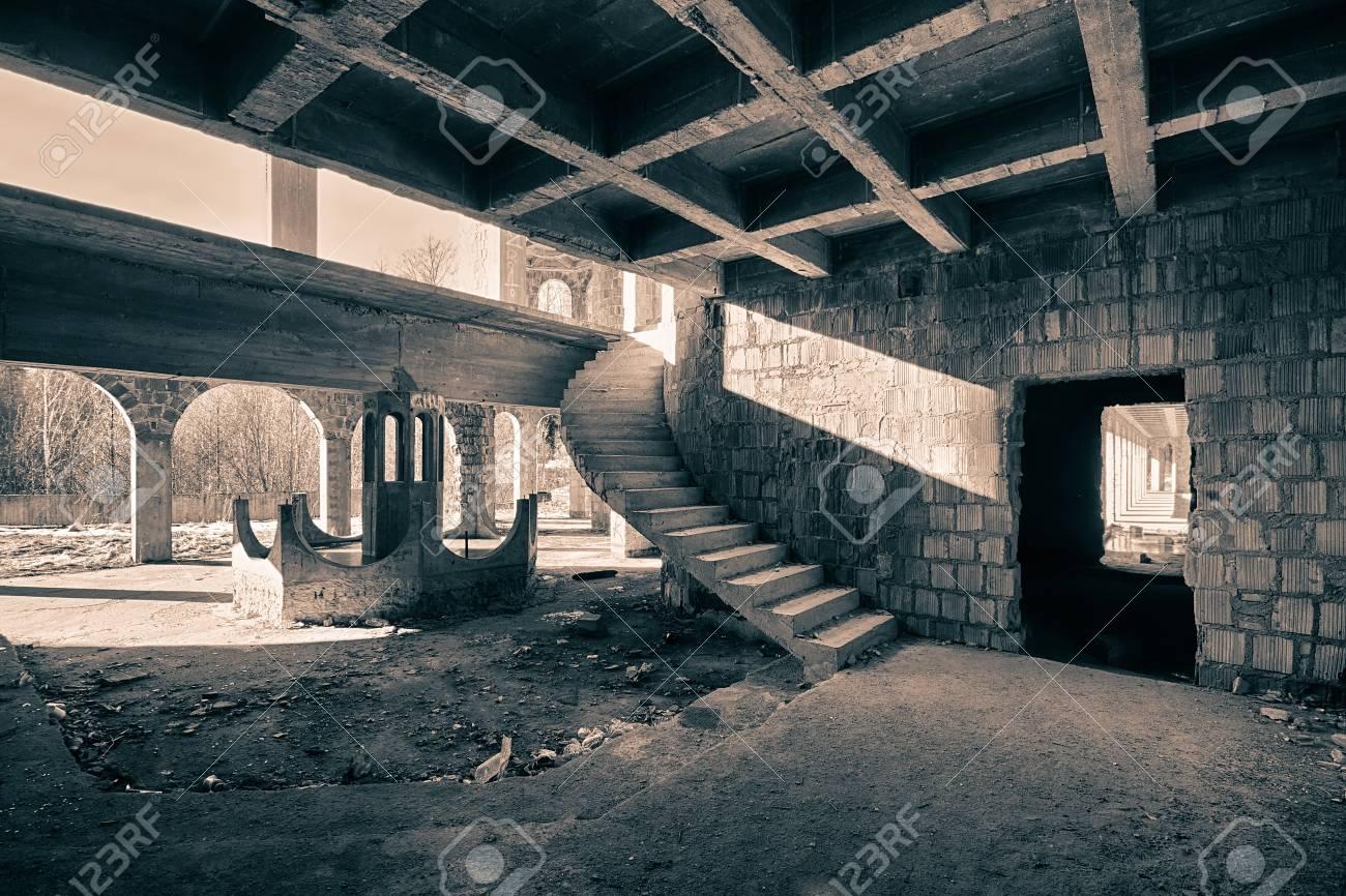 Habitación Con Una Escalera De Caracol En Un Edificio Abandonado ...