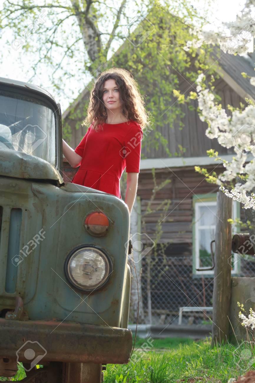 Debout Sur Le Marchepied De La Jeune Fille De Camion Brunette En