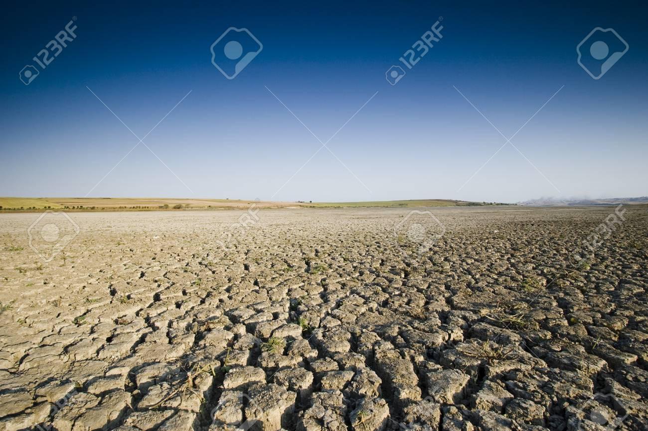 Dry cracked lake - 85252444