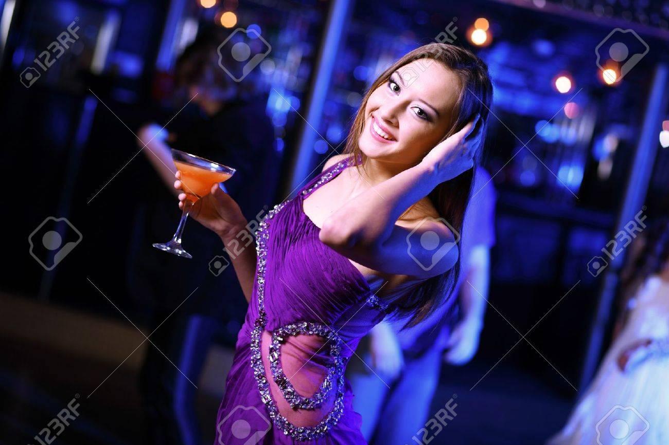Mujer Joven Que Tiene Diversión Y Baile Por La Noche Discoteca Fotos ...