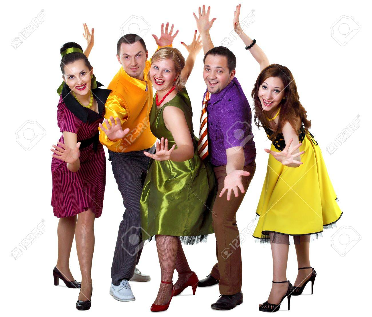 明るい色で踊る若者のグループを...