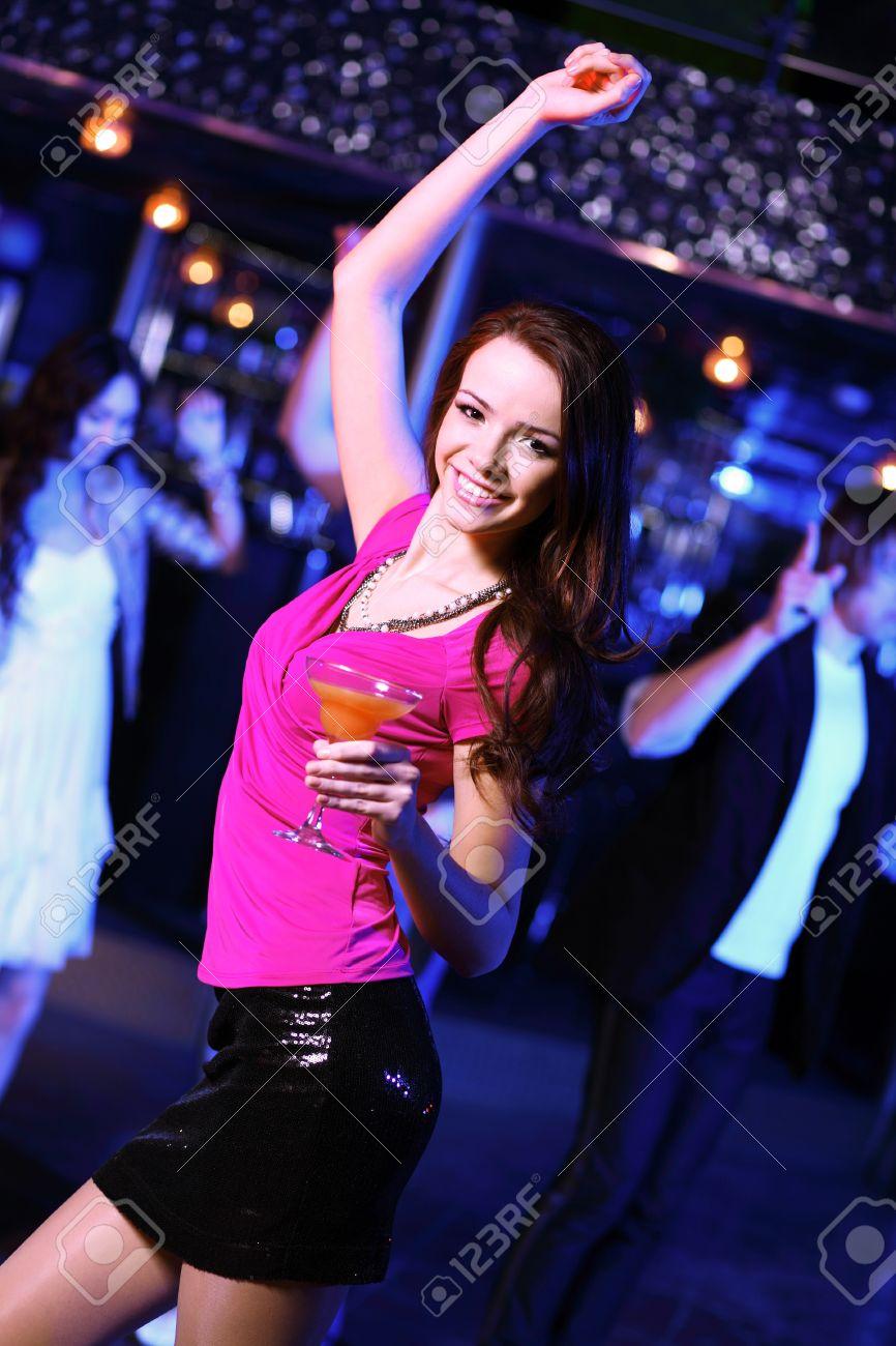 Тёлки танцуют ночном клубе 20 фотография