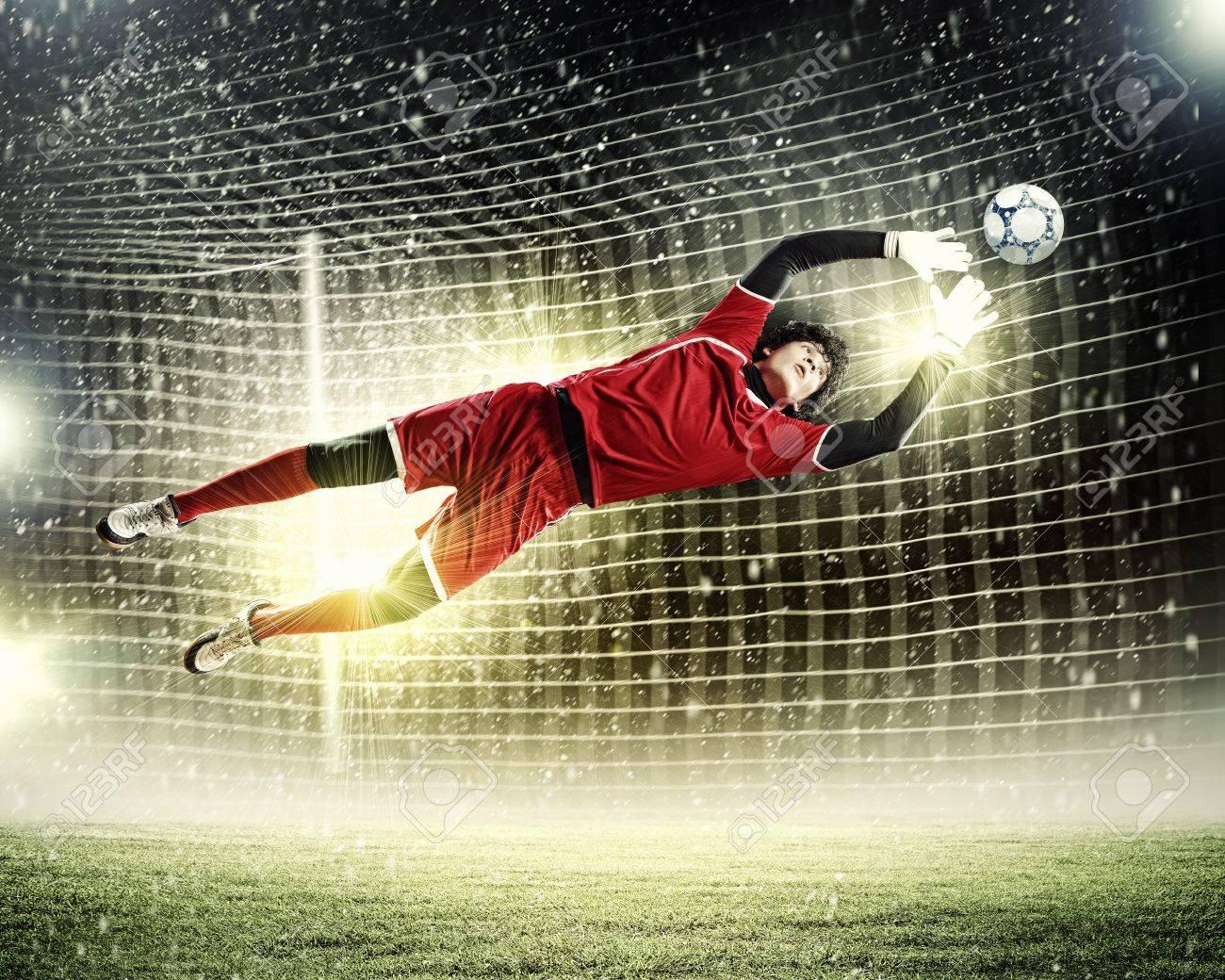 как ловить мяч в руки вратарю от своих