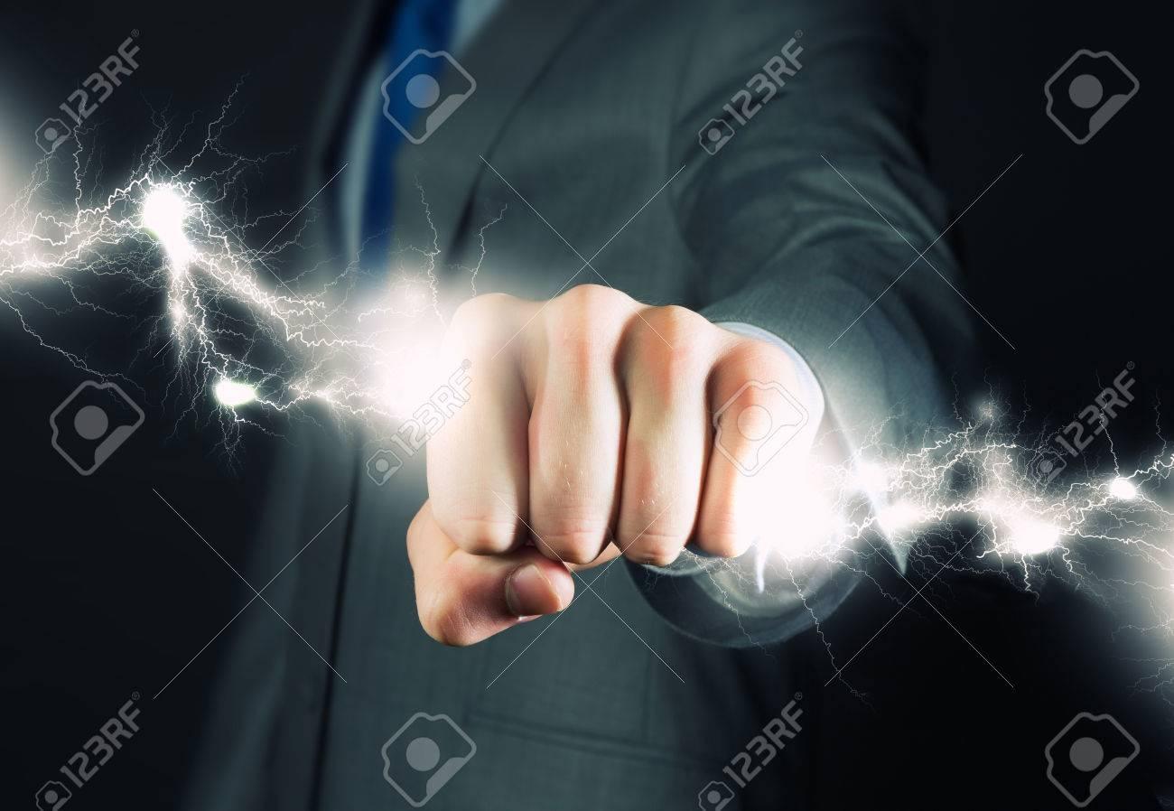 雷の手で把握の実業家のクローズ...