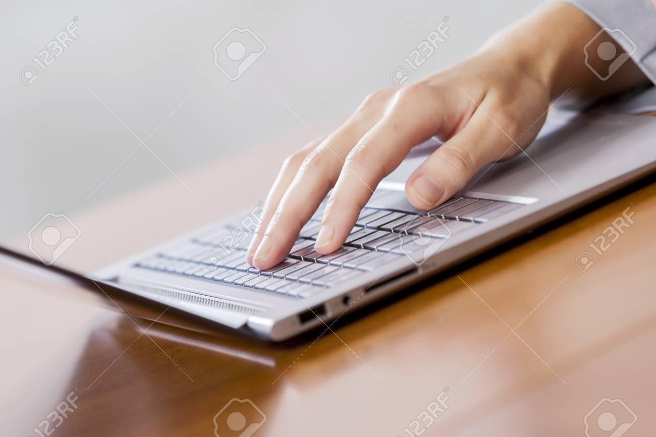 Gros plan des mains femme daffaires utilisant un ordinateur