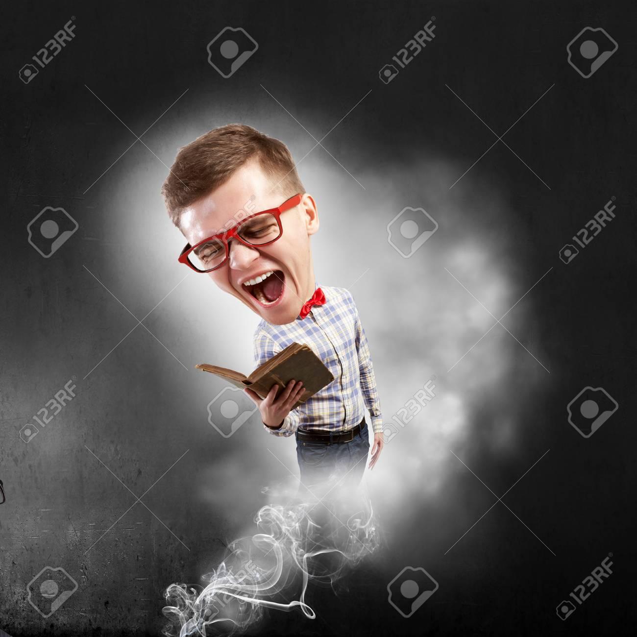 cb89f82c47849 Banque d images - Jeune homme drôle et grosse tête en lunettes avec livre  dans les mains