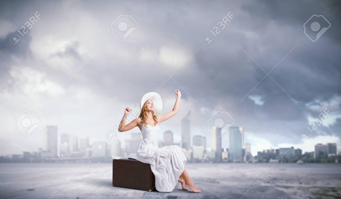 check out 03ad1 c2154 46388321-femme-assise-sur-la-valise-en-blanc-longue-robe-et-un-chapeau.jpg