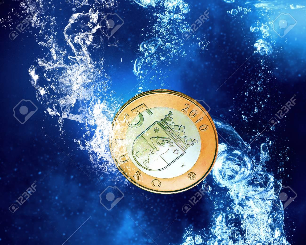 Fünf Euro Münze In Klaren Blauen Wasser Lizenzfreie Fotos Bilder