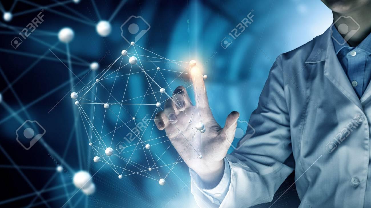 Femme scientifique touchante avec écran média virtuel doigt Banque d'images - 54401540