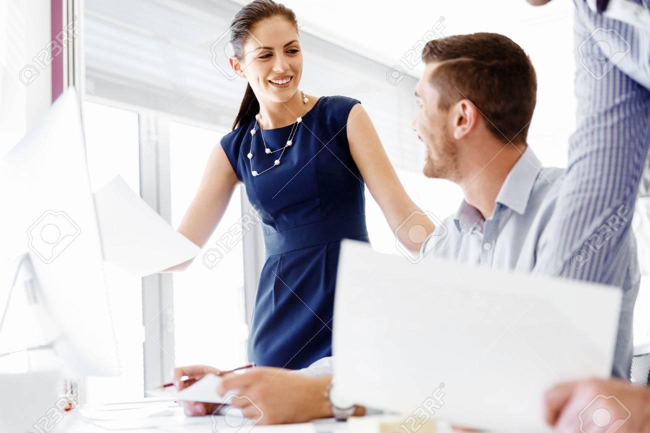 Les gens d'affaires de travail et discuter dans le bureau moderne Banque d'images - 54554945