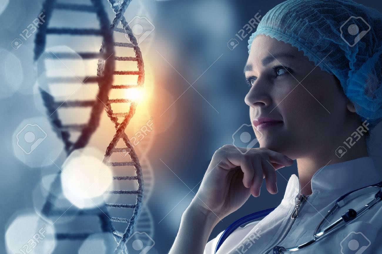 Femme scientifique au fond médiatique de molécule d'ADN Banque d'images - 56466083