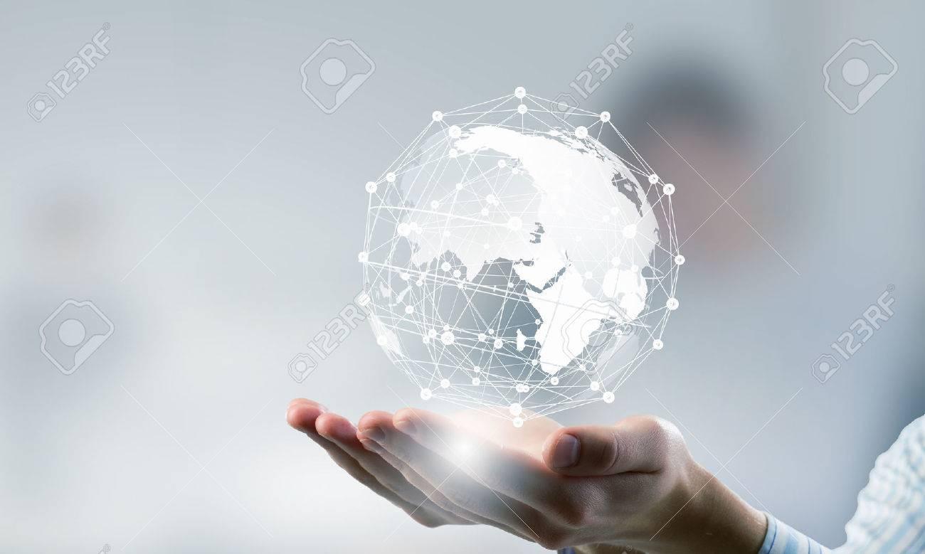 Mains de personne d'affaires présentant dans les paumes idée globale de connexion Banque d'images - 57753056