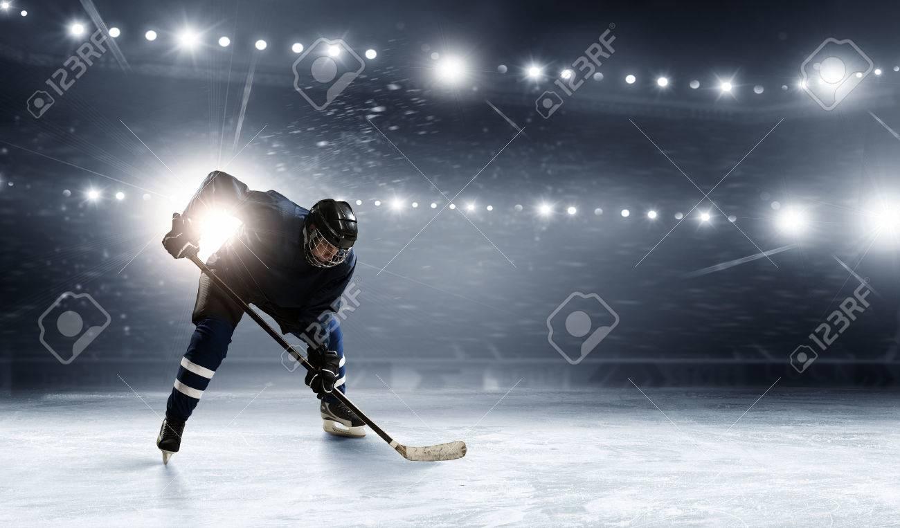 joueur de hockey dans les lumières à la patinoire Banque d'images - 57916423