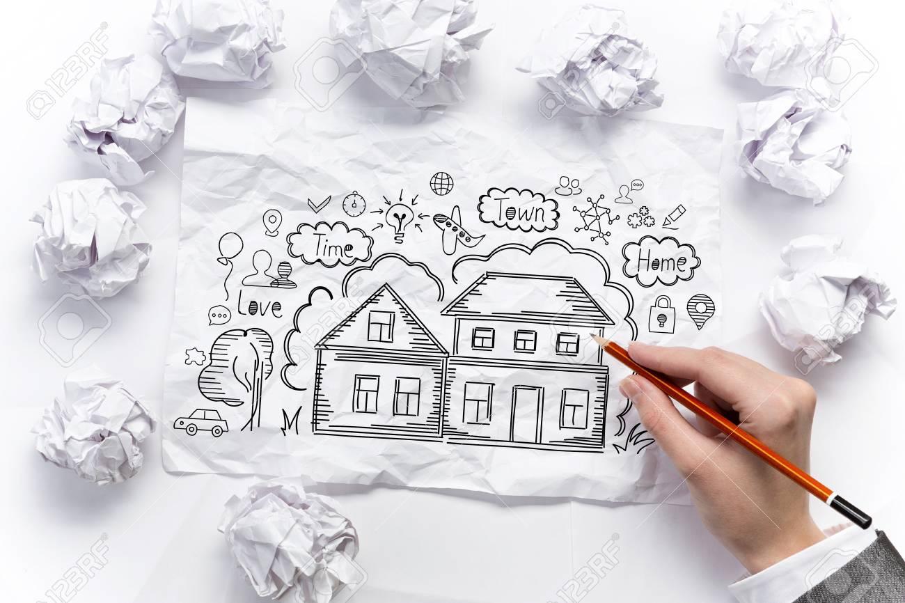 Banque dimages businesswoman maison de rêve dessin sur une feuille de papier