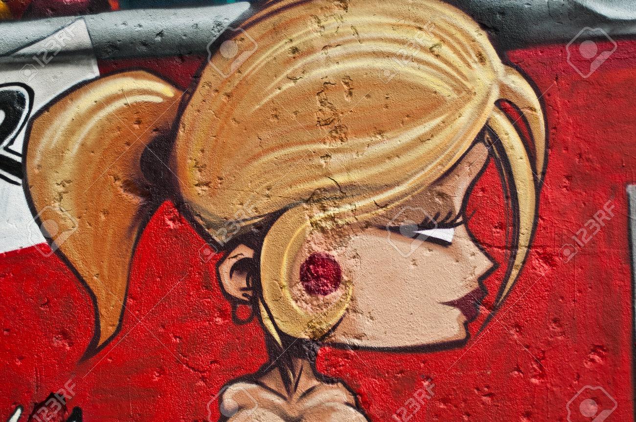 MULHOUSE France 08 Juin ici à 2015 graffiti femme blonde pendant le festival de graffiti BOZAR quai des pécheurs à Mulhouse