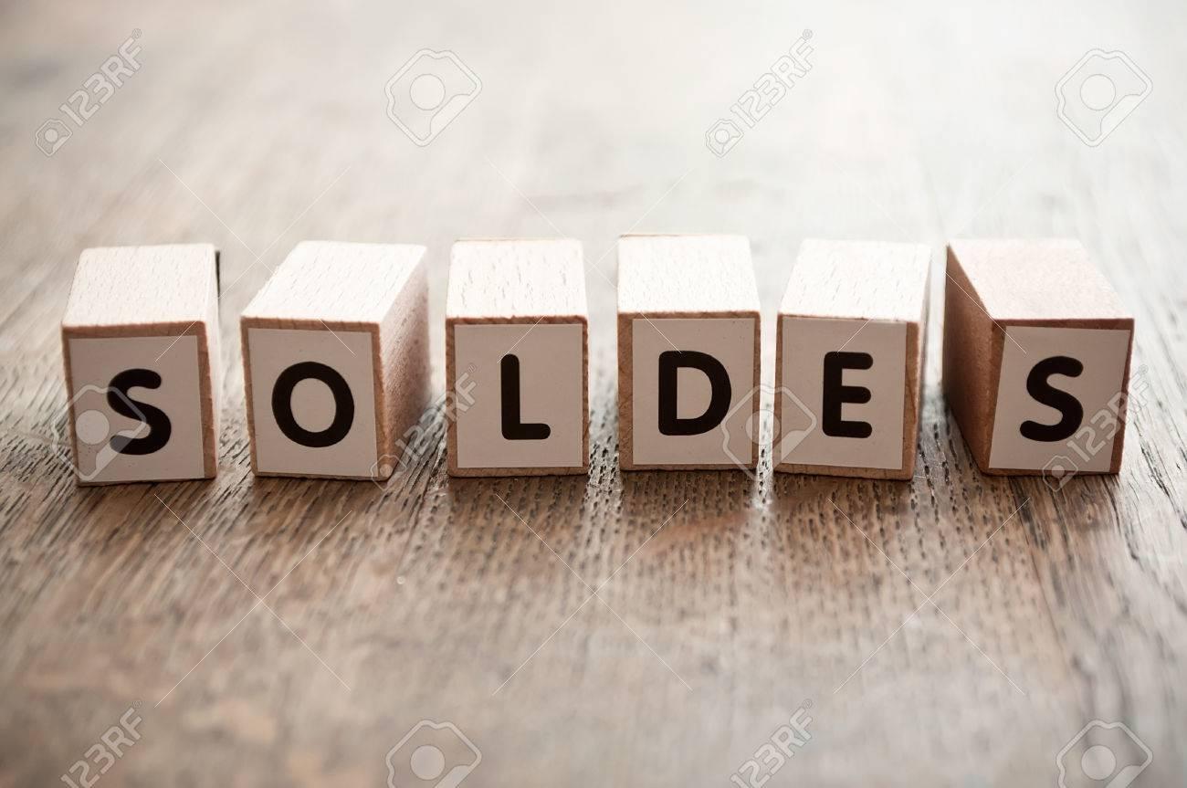Concept de mot formant avec cube sur bois bureau fond discount