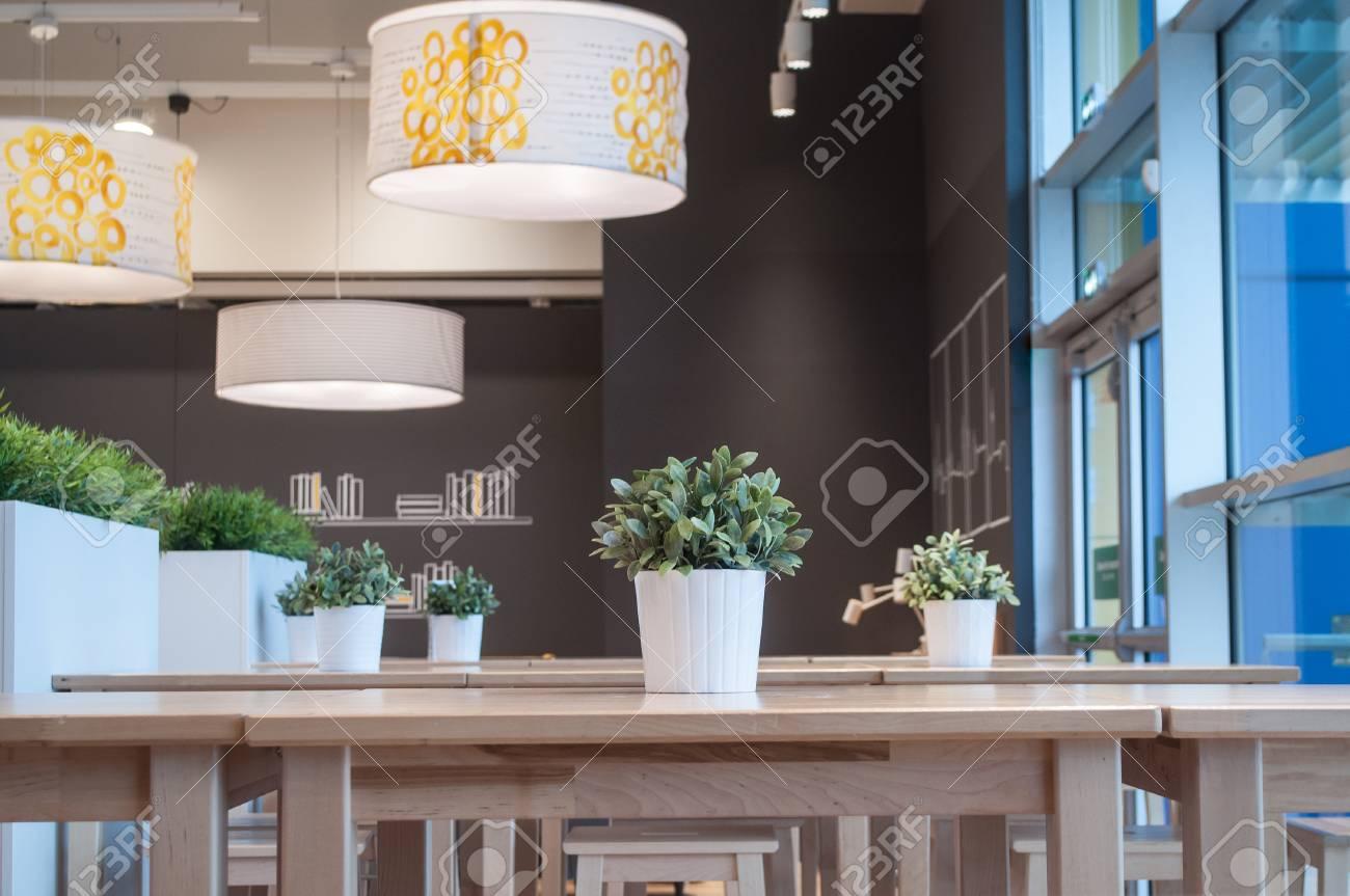 Moderne lampen und künstliche pflanzen im innenrestaurant