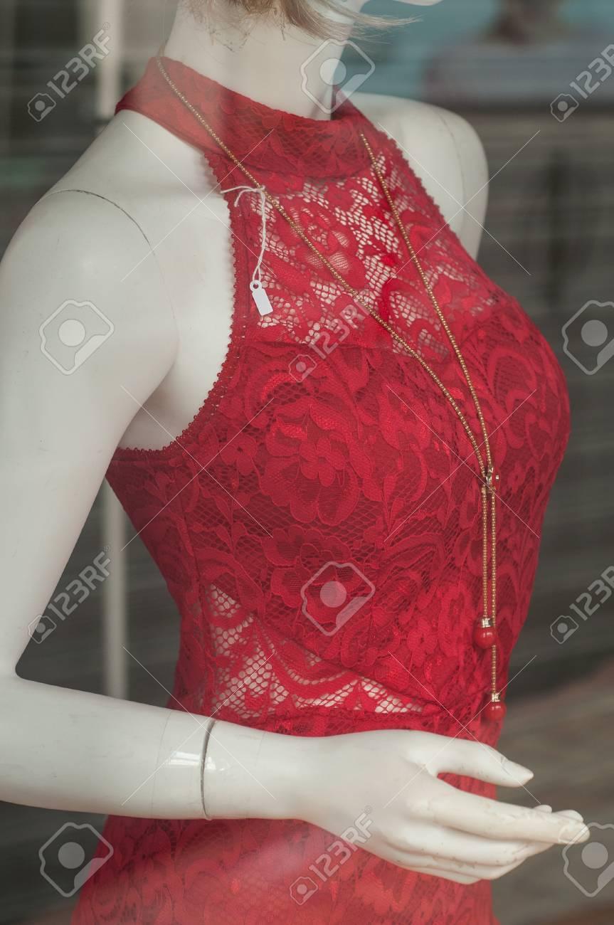 7ee8e1ba8bce Primer plano de vestido rojo en maniquí en tienda de ropa de moda para  mujeres
