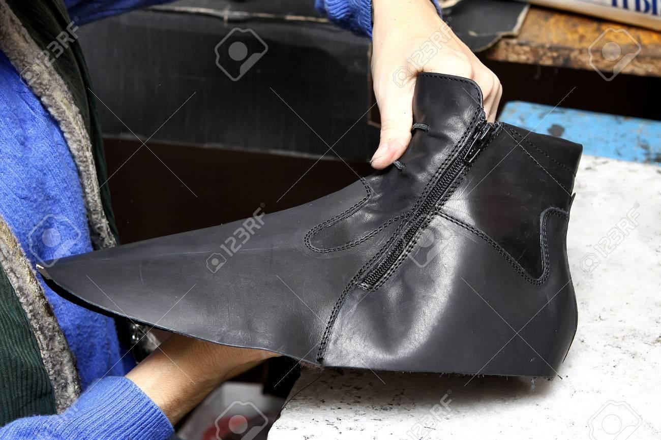 c5efb6c83b Foto de archivo - Zapatos de diseño de producción. La producción de calzado  por manos humanas. Fábrica de zapatos.