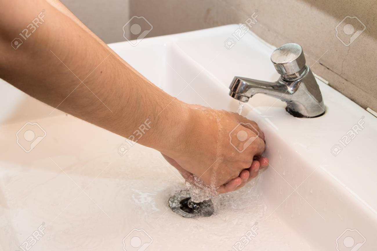 Hände Waschen In Der öffentlichen Toilette Lizenzfreie Fotos Bilder