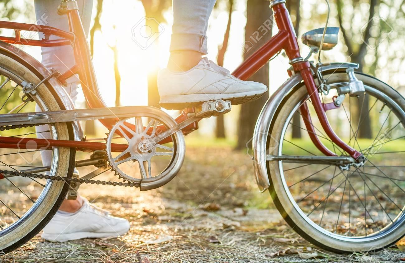 Ancienne Bicyclette jeune femme à l'ancienne bicyclette italienne avec rétroéclairage