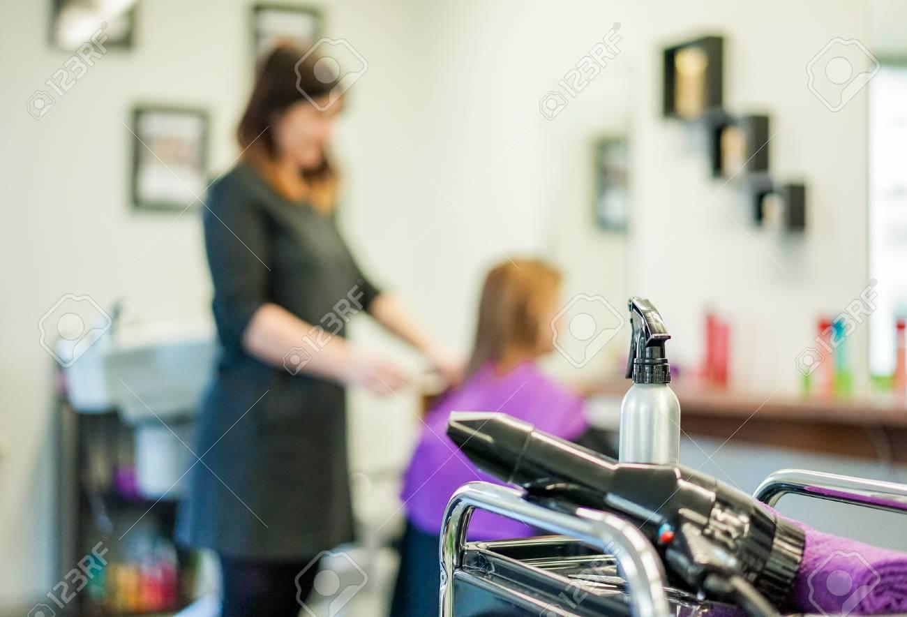 Friseurmodelsalonansicht mit trockner und wasser sprühen mit der