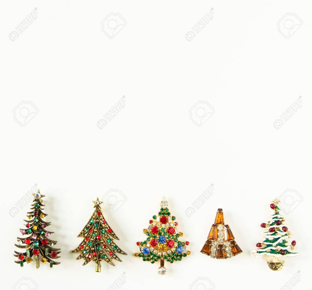 chaussures de sport 54f60 c48ed Thème de Noël. Bijoux de femme Fond de bijoux vintage. Belles broches de  sapin de Noël strass lumineux sur fond blanc. Plat poser, vue de dessus  avec ...
