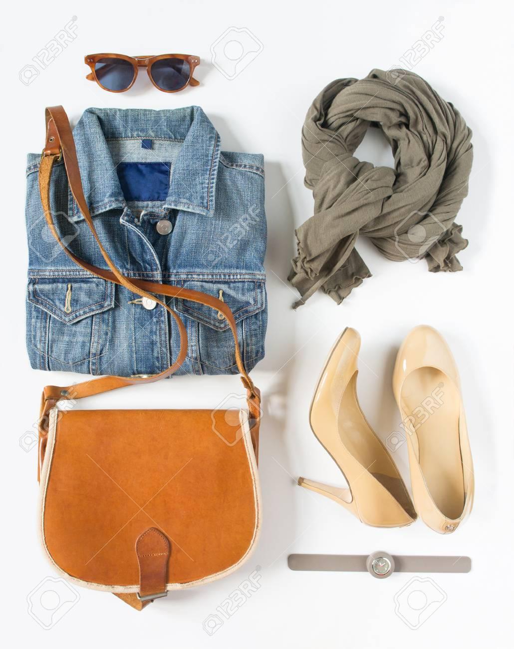 Ensemble De Vêtements Féminin élégant. Tenue Femme   Fille Sur Fond Blanc.  Veste En Jean Bleue 0caa743a2f2