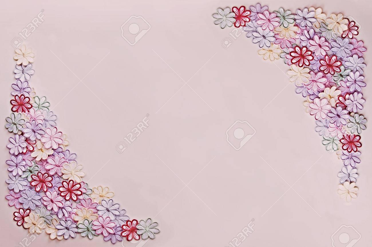 Broderie Fleurs Colorées Motif Texture Et Fond Sur Un Fond Rose Pour Faire Part De Mariage Ou Carte De Voeux