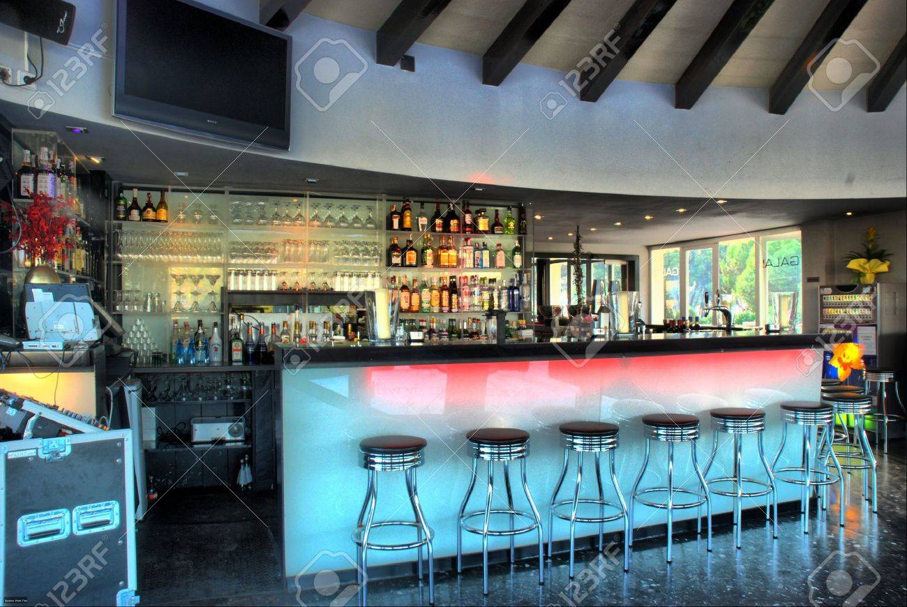 Phenomenal Lounge Bar With Bar Chairs And Bottles Camellatalisay Diy Chair Ideas Camellatalisaycom