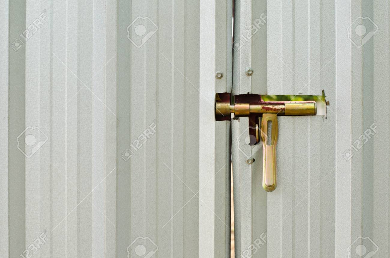 Latch Sur Un Hangar Metallique Porte