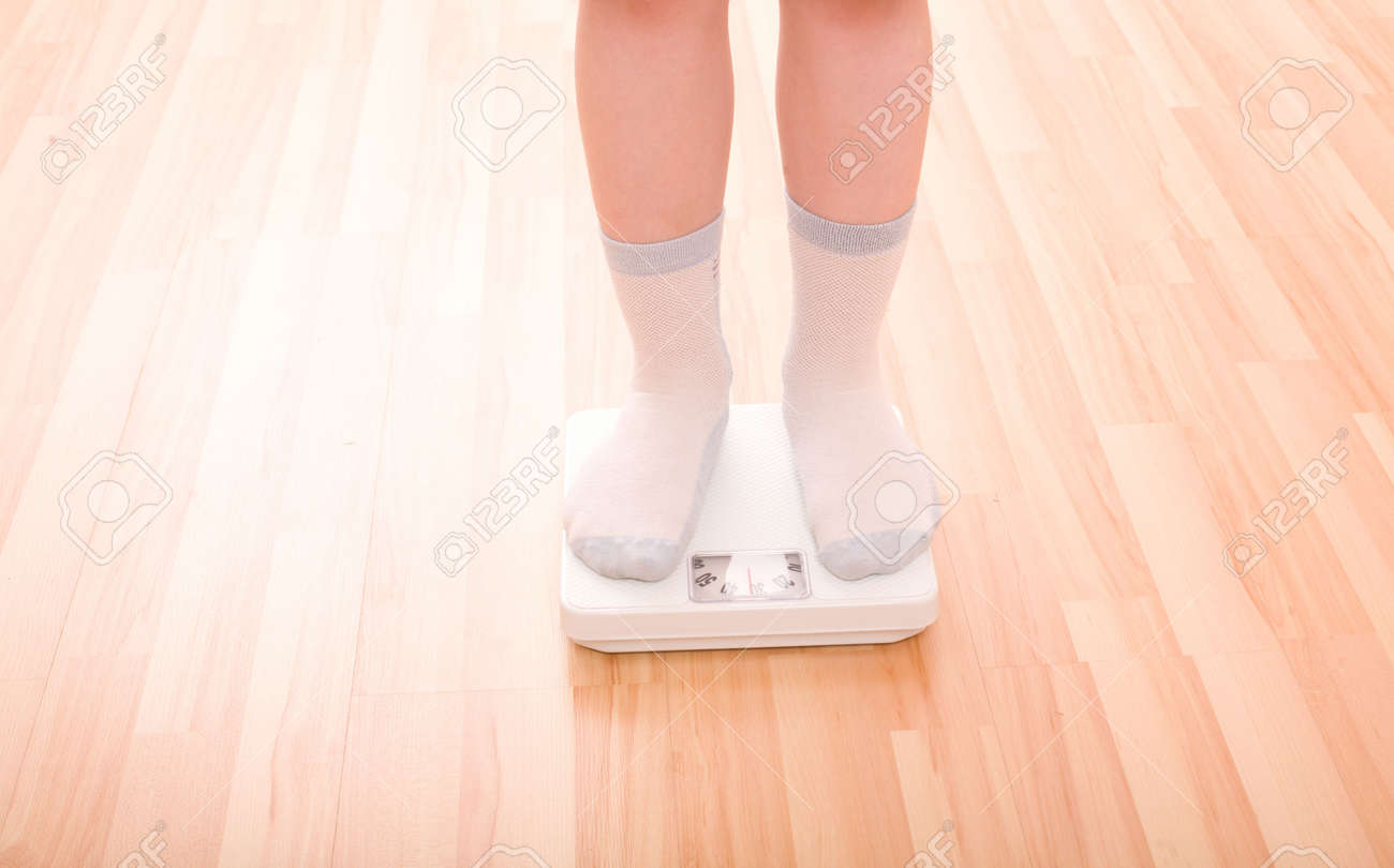 Fußboden In Waage Bringen ~ Fußboden in waage bringen junge mißt gewicht auf fußbodenskalen