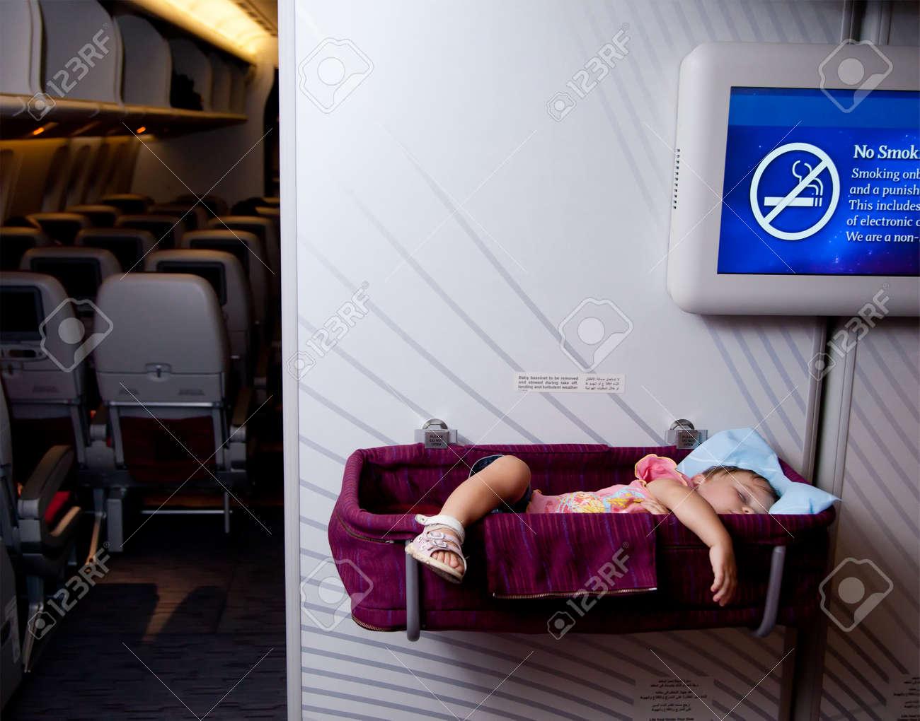 Reisen mit kindern. kleine 2 jahre altes mädchen schlafen in einem