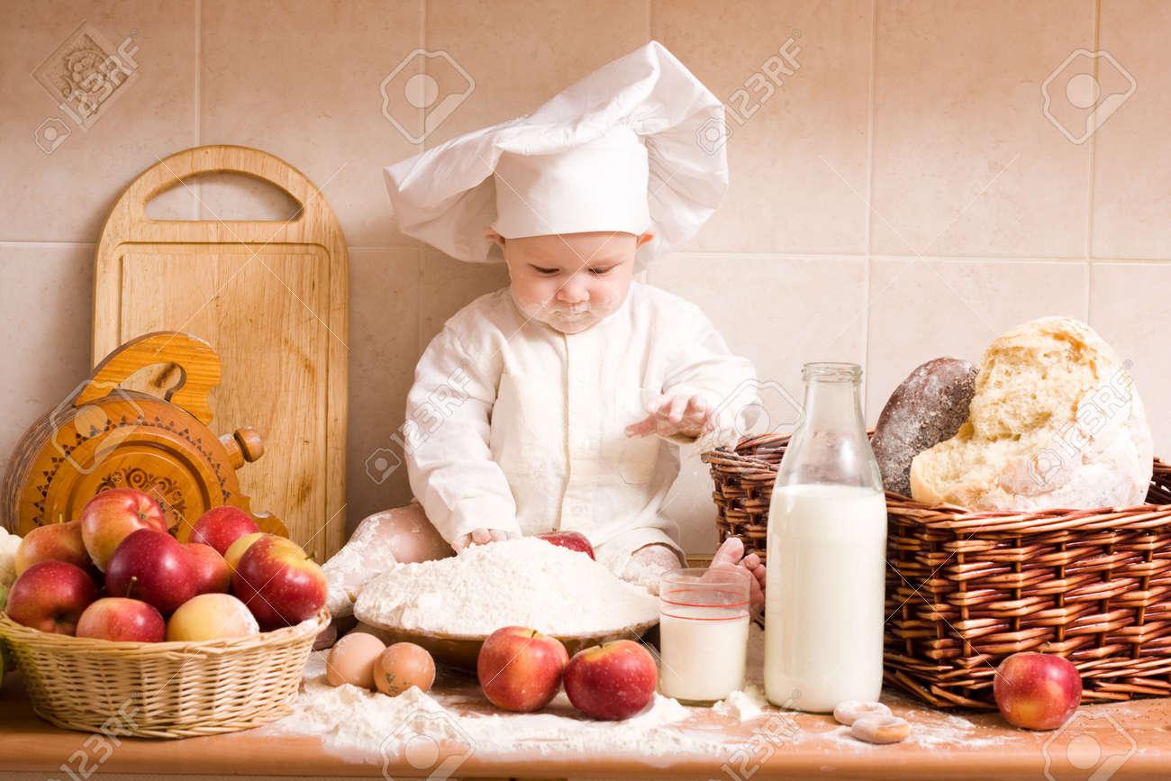 Kleiner Junge In Der Koch-Kostüm Auf Die Küche Lizenzfreie Fotos ...