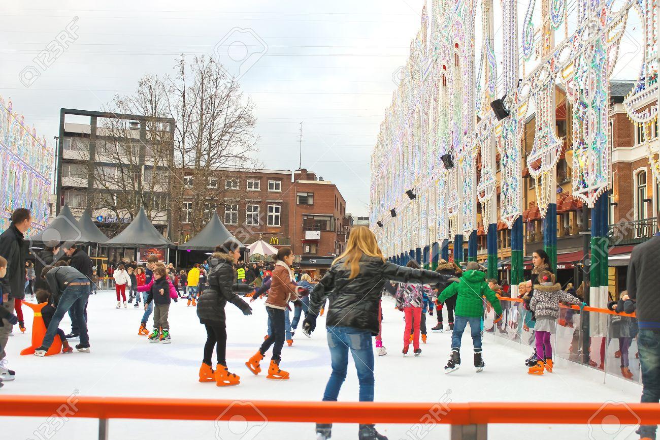 オランダ、アイントホーフェン市内のスケート リンクでスケートを人々 ...