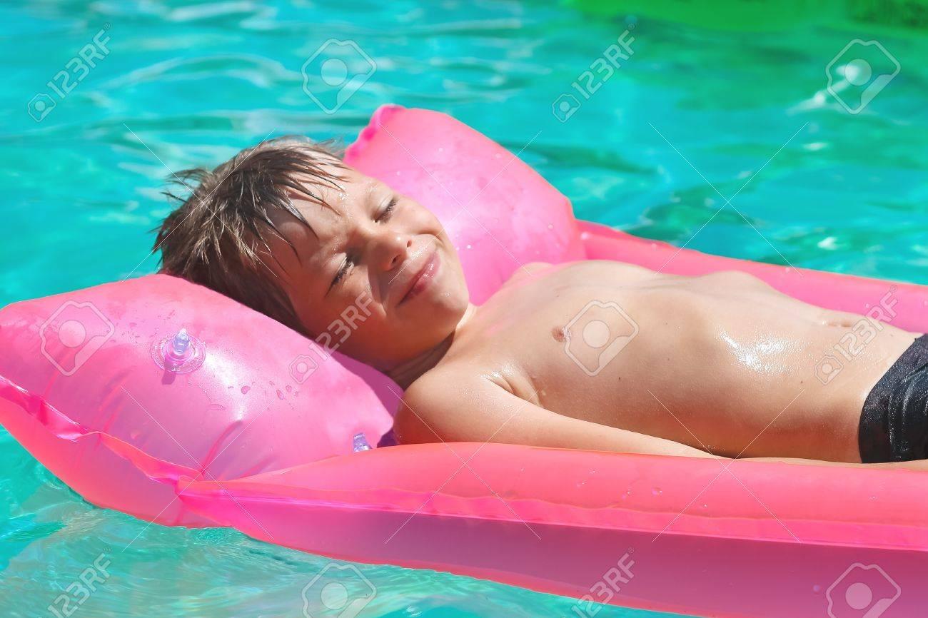 С мальчиком у бассейна 9 фотография