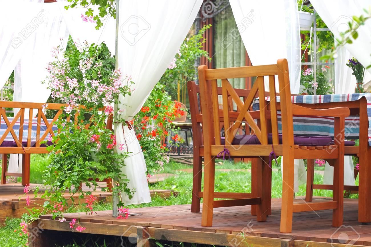 Toldos Terraza De Bar En El Jardín De La Ciudad