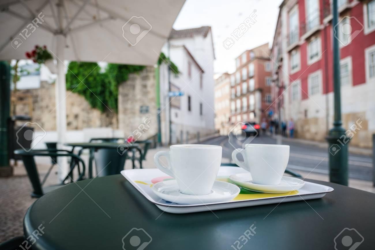 Tavolino Del Bar.Tazza Di Caffe Sul Tavolino Del Bar Di Strada