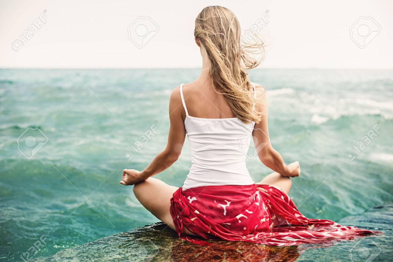 Junge Blonde Frau Meditation Am Strand Lizenzfreie Fotos, Bilder ...