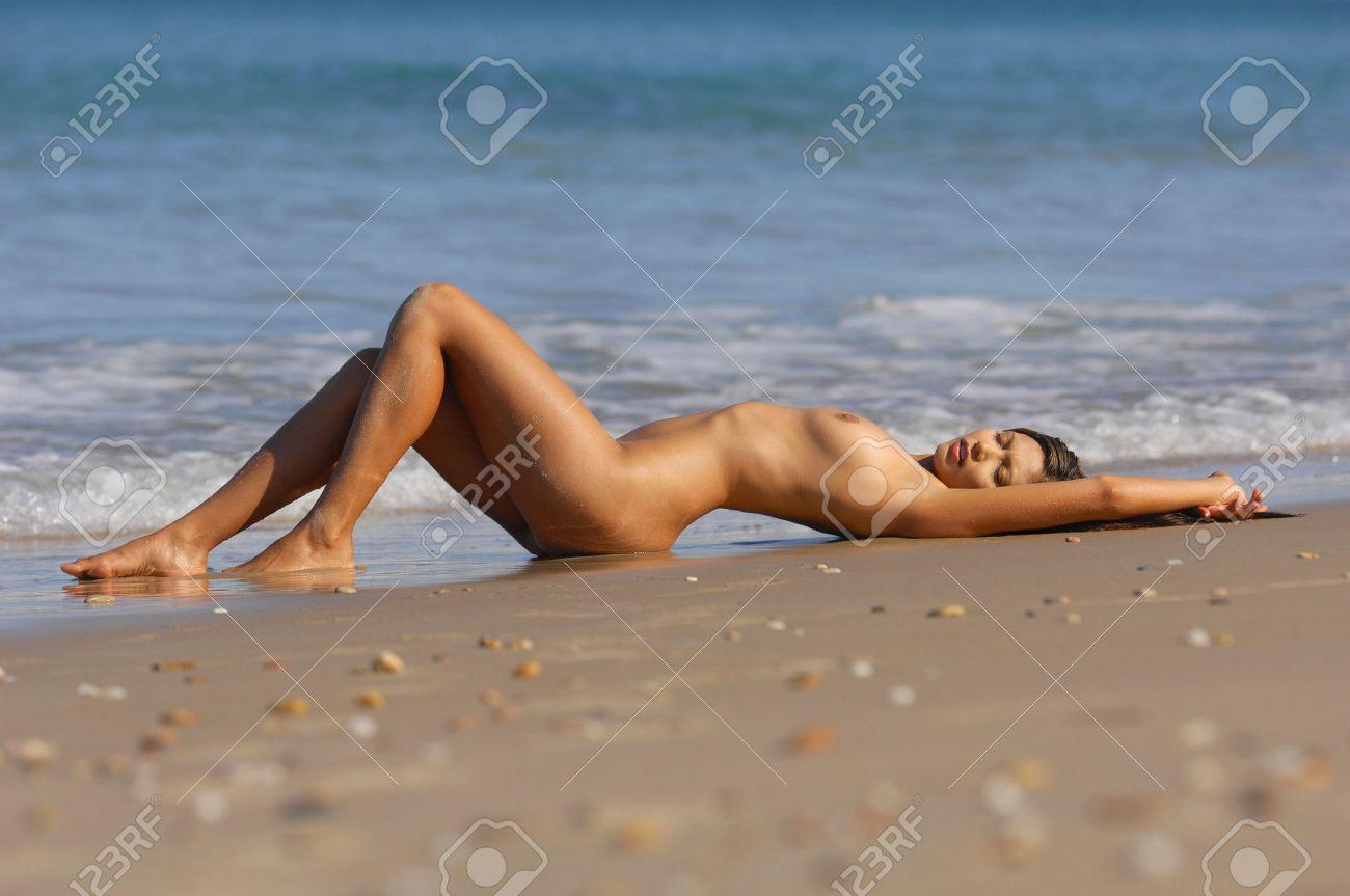 razdevalka-na-plyazhe-kamera-porno