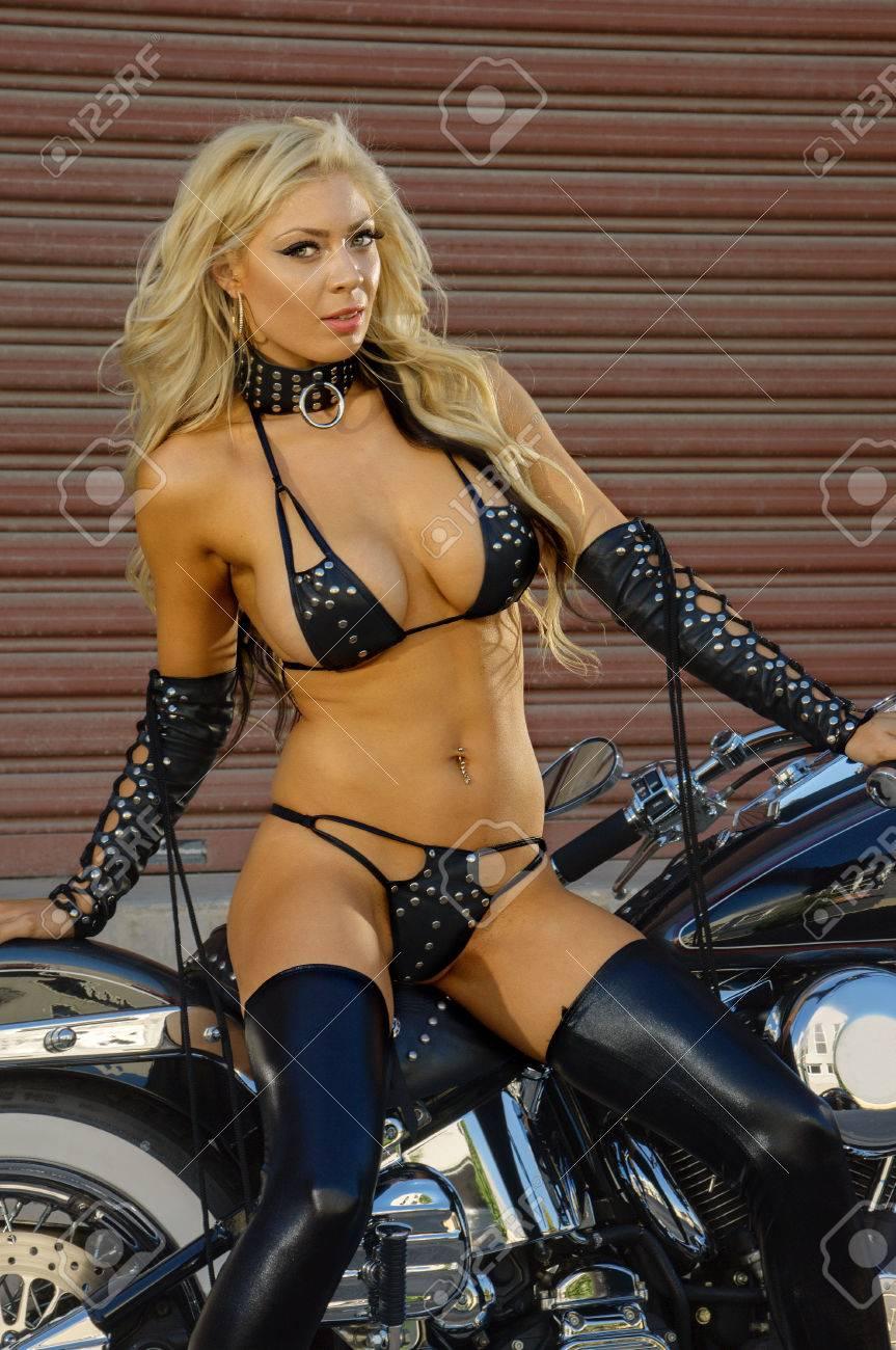 anniversaire  du 16 aout 2018 57055461-sexy-motard-fille-cuir-porter