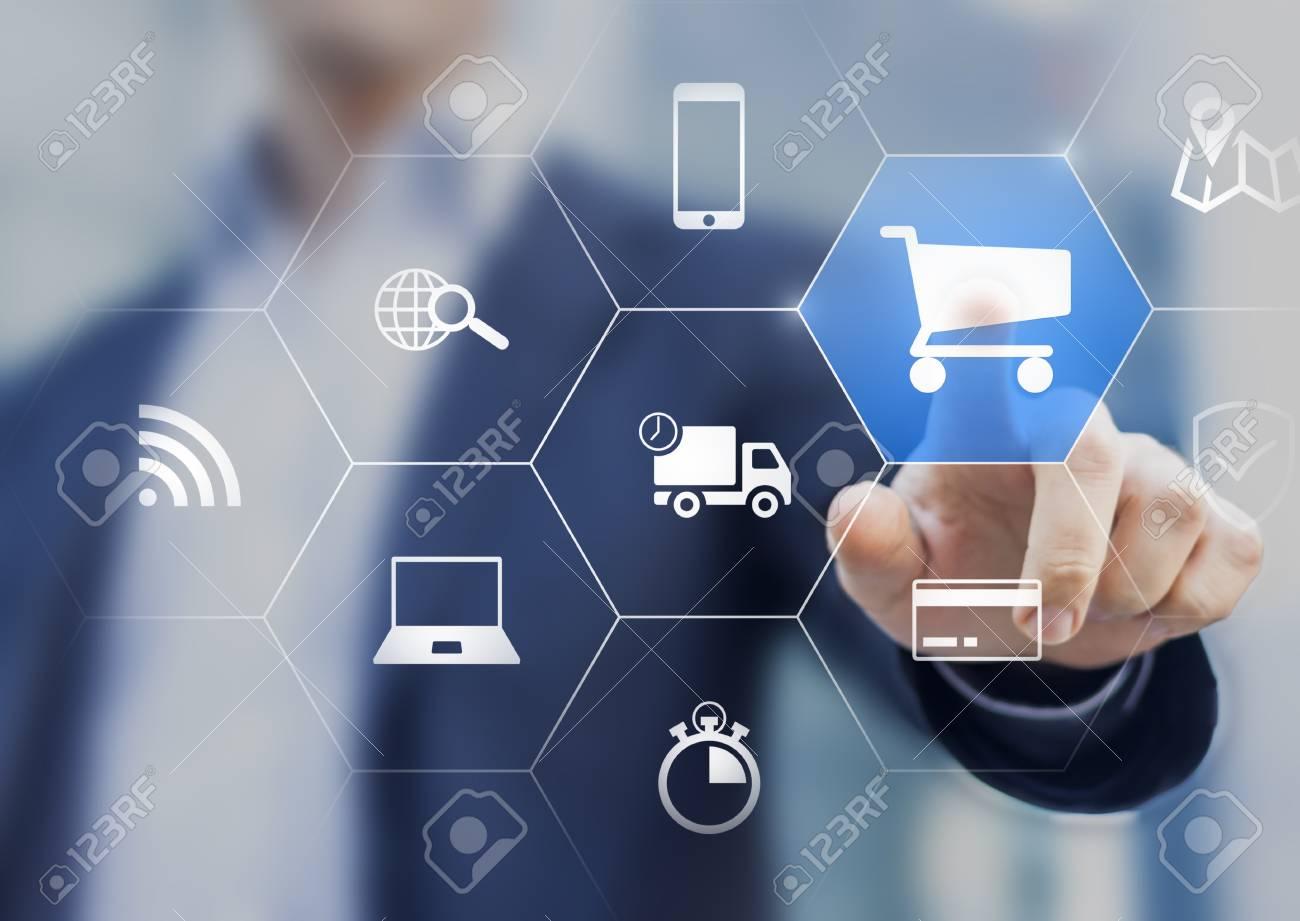 Geschäftsmann Berühren E-Commerce-Taste Auf Einem Virtuellen ...