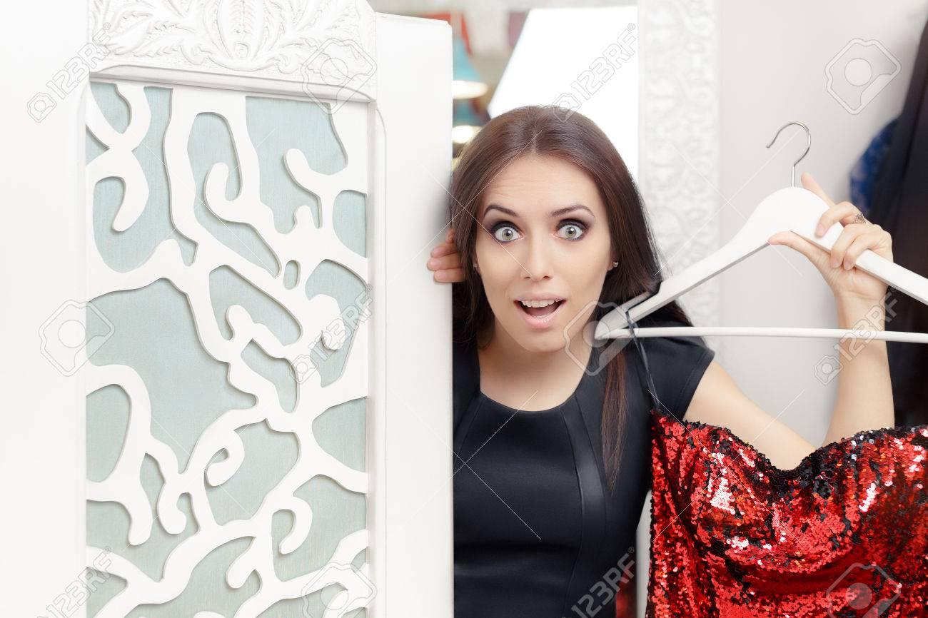 Erstaunt Mädchen Versucht, Auf Rot-Partei-Kleid In Ankleidezimmer ...