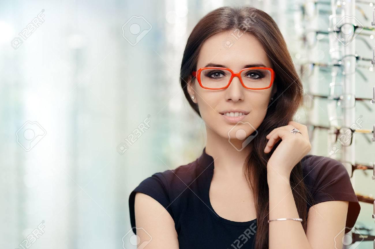 efe13e68c2 Mujer Joven Con Las Lentes ópticos En Tienda Fotos, Retratos ...